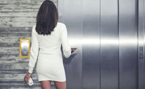 坐电梯遇见领导该说些什么?